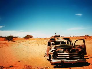 обои Старый заржавевший автомобиль по среди пустыни фото