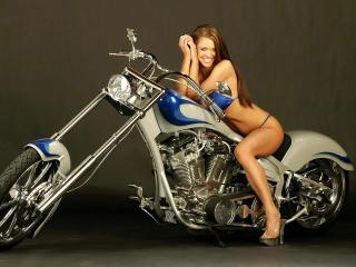 обои Девушка в купальнике на мотоцикле фото