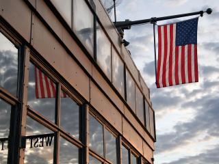 обои Американский флаг на здании фото