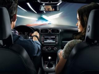 обои Парень с девушкой в машине на большой скорости фото