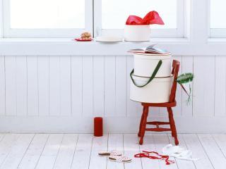 обои Белые подарочные коробки,  карнавальная шапочка и яркие красные ленты - всё,  что нужно для создания праздничного настроения фото