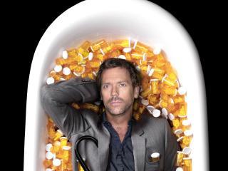 обои Доктор Хаус в ванне с таблетками фото