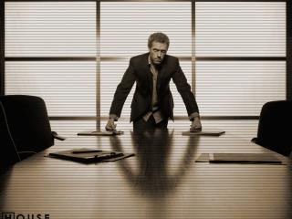 обои Доктор Хаус у стола фото