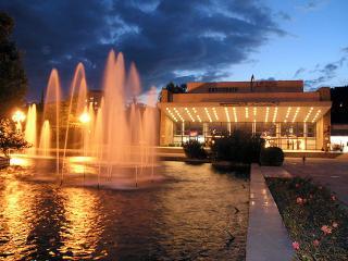 обои Красивый цветной фонтан фото