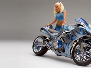 обои Блондинка возле мотоцикла фото