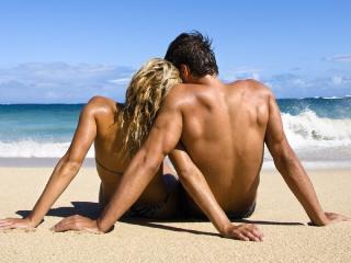 обои Парень и девушка на пляже фото