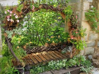 обои Лавочка из дерева с цветами, в саду фото