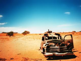 обои Старая машина в пустыне фото