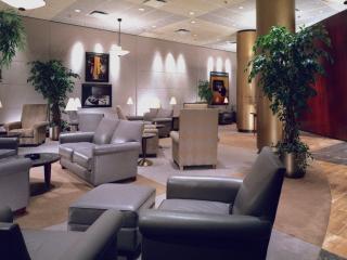 обои Кресла из серой кожи в холле отеля фото