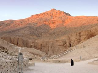 обои Пустынные руины и высокая гора фото