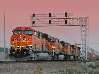 обои BNSF Engine Leads a Train Running Elephant Style at Sunset,   Cajon Blvd,   Verdemont,   California фото