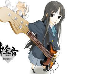 обои K-On! - Акиями Мио настраивает гитару фото