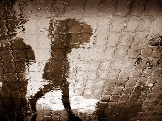 обои Мокрый асфальт,   отражение девушки с зонтом фото
