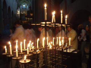 обои Свечи у алтаря фото
