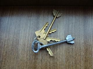 обои Ключи на столе фото