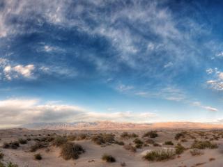 обои Далекая пустыня над голубым небом фото