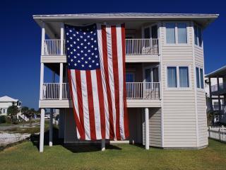 обои Большой американский флаг на трёхэтажном котедже фото