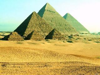 обои Величественные пирамиды среди жаркого песка фото