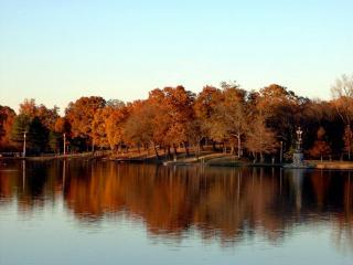 обои Тихий пруд в осеннем парке фото