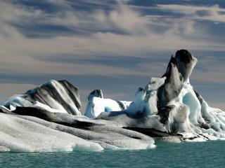 обои Снежный айсберг среди моря фото