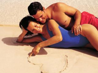 обои Влюбленные на песке фото