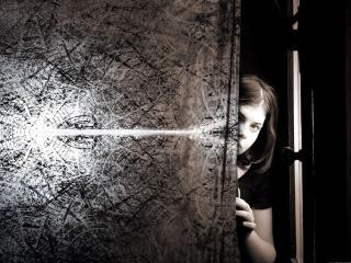 обои Девушка выглядывает из-за двери фото