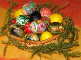 обои Разноцветные яйца в корзине фото