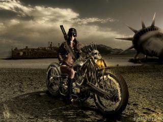 обои Девушка на мотоцыкле и голова статуи Свободы фото
