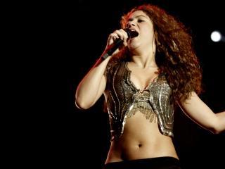 обои Шакира хорошо поёт фото