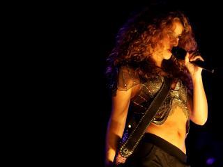 обои Шакира в темноте фото