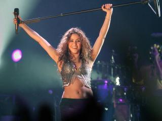 обои Шакира подняла микрофон фото