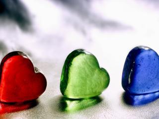 обои Три разноцветные сердца фото