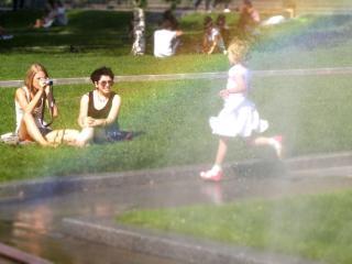 обои Городское лето,   радуга,   Манежка,   девочка фото