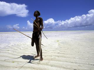 обои Fisherman on the Beach at Low Tide,   Zanzibar,   Tanzania фото