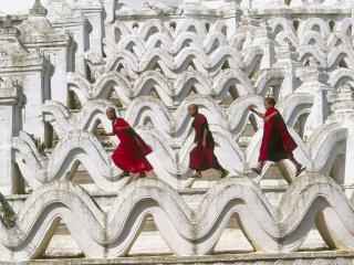 обои Novices in Hsinbyume Pagoda,   Mandalay Division,   Myanmar фото
