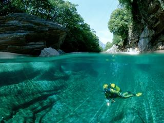 обои Scuba Diving in a Freshwater River,   Verzasca Valley,   Switzerland фото