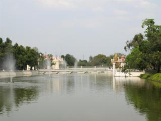 обои Гигантский фонтан в виде пруда фото