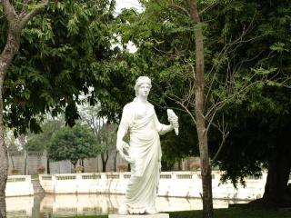 обои Белая скульптура в летнем парке фото