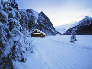 обои Уютный теплый дом в снегах зимнего леса фото