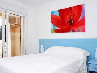 обои Номер в отеле с картиной цветка фото