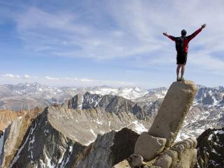 обои Человек на вершине горы фото