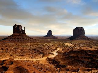 обои Три горы в пустыне фото