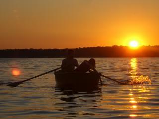 обои Двое влюбленных в лодке на фоне заката фото