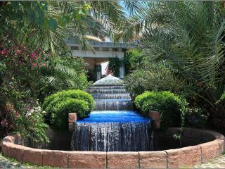 обои Экзотический фонтан в форме водопада фото