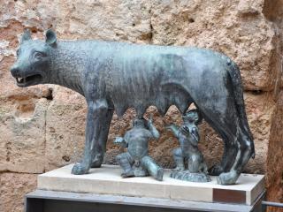 обои Волчица кормящая Ромула и Рема фото