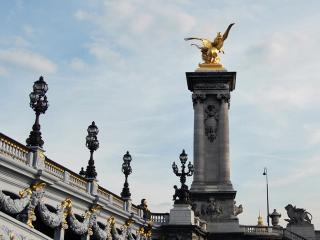 обои Скульптура в виде золотого орла в Петергофе фото