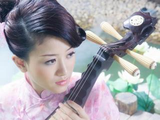обои Азиатка с музыкальным инструментом фото