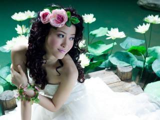 обои Азиатка в цветах фото