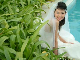 обои Азиатка у бассейна фото