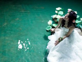 обои Азиатка в белом платье у воды фото